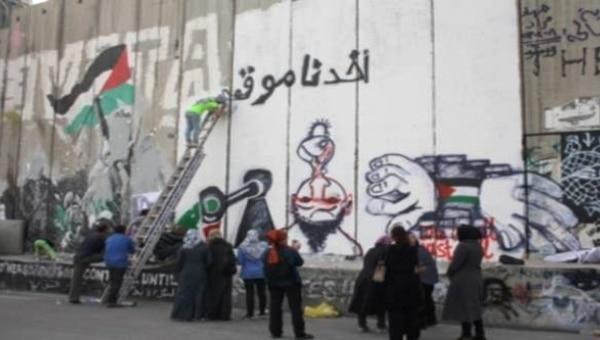 طلاب بيت لحم يعبرون بالرسم على الجدار العنصري