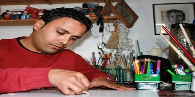 """المغربي رشيد باخوس.. فنان تشكيلي يبدع على """"نار هادئة"""""""